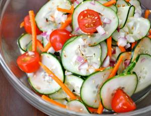 Ensalada de pepino con tomate, zanahoria y sésamo